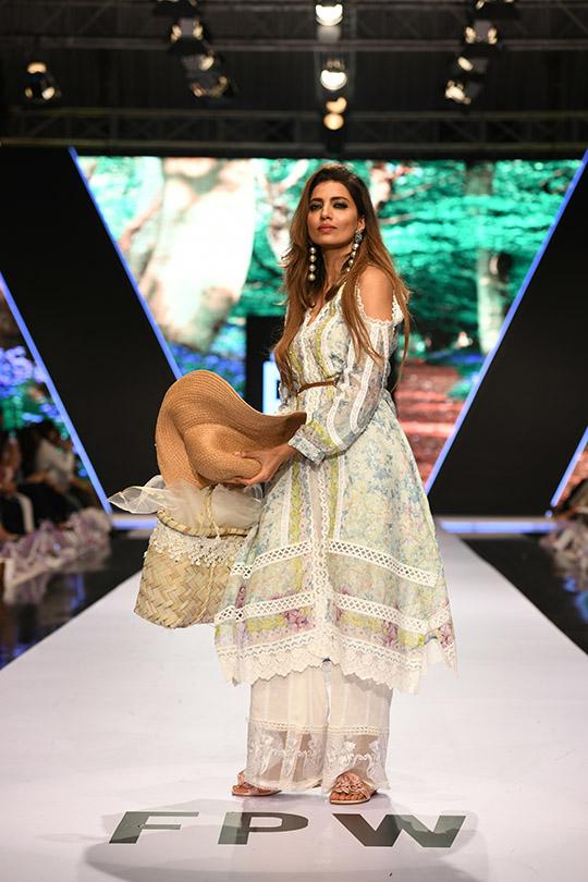 fashion_pakistan_ss_18_blog_farah_talib_aziz_540_01