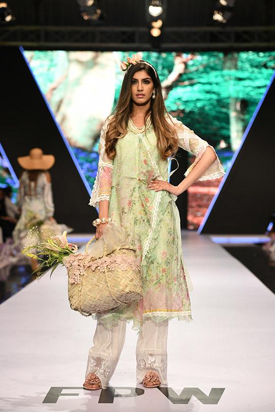 fashion_pakistan_ss_18_blog_farah_talib_aziz_540_02