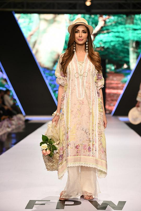 fashion_pakistan_ss_18_blog_farah_talib_aziz_540_04