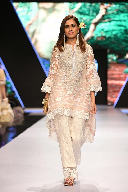 fashion_pakistan_ss_18_blog_farah_talib_aziz_540_05
