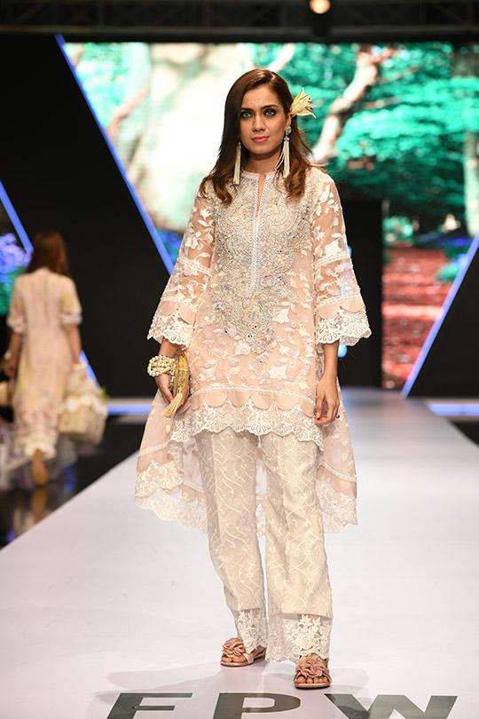 fashion_pakistan_ss_18_blog_farah_talib_aziz_540_06