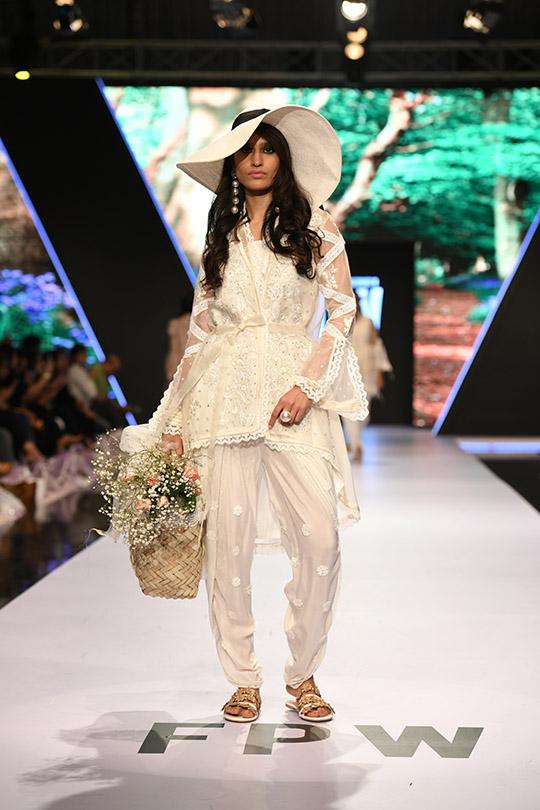 fashion_pakistan_ss_18_blog_farah_talib_aziz_540_08