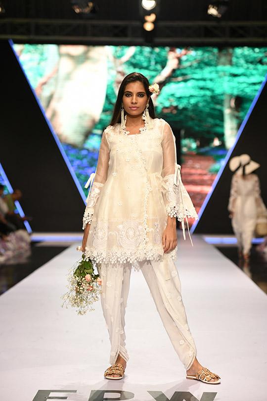 fashion_pakistan_ss_18_blog_farah_talib_aziz_540_09