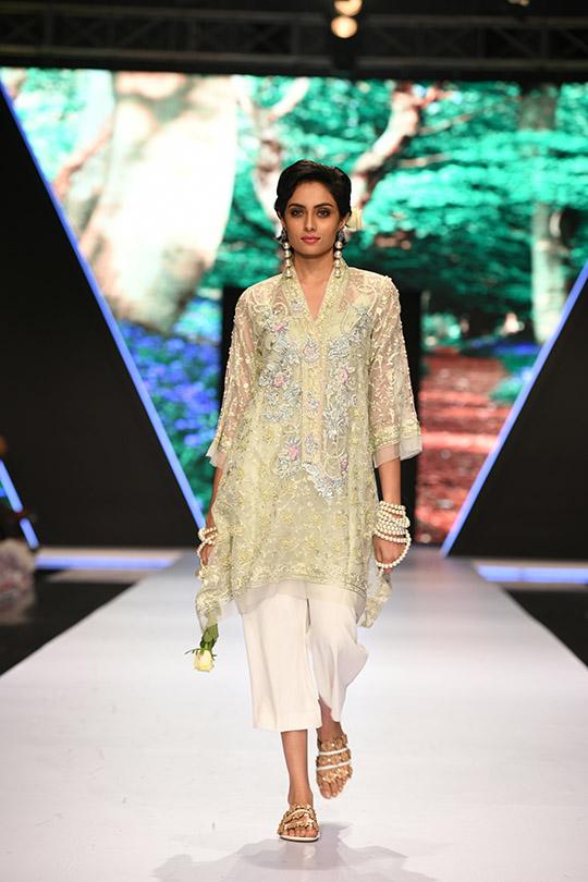 fashion_pakistan_ss_18_blog_farah_talib_aziz_540_11