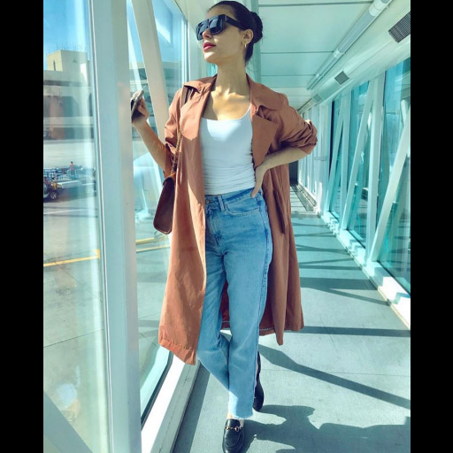 Always on trend, Sadaf Kanwal strikes a pose in a comfy airport outfit before hopping on a flight to Doha!