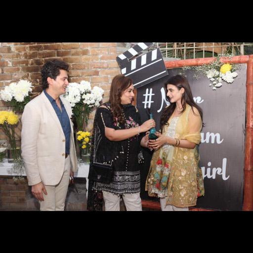Saadia Presenting Noor Glam Girl Award to Hira Mani