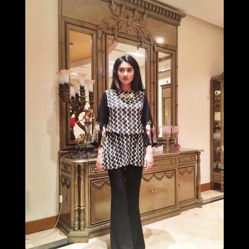 ChandnyMobeen looks Uber stylish in a monochrome ZaraShahjahan number on Eid